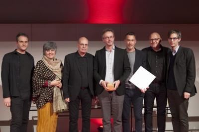 """Preisträger """"Haus obd´r Lech""""   Bauherr: Clemens Schmölz   Architektur: HEIN Architekten im Bild mit der Jury"""